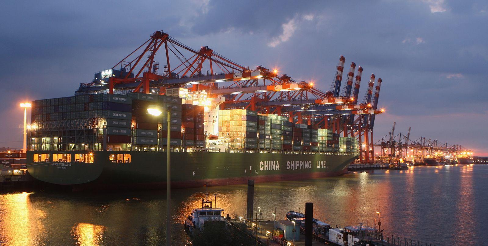 Hafen Hamburg / Containerschiff / Globalisierung