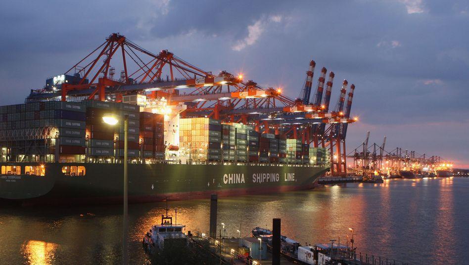 Containerriese im Hamburger Hafen