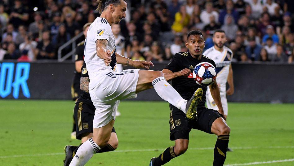 Getroffen, rausgeflogen, starke Sprüche geklopft - ein normaler Arbeitstag für Zlatan Ibrahimovic