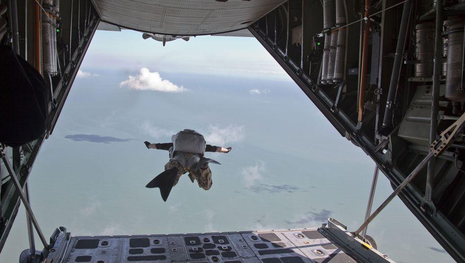 US-Fallschirmspringer springt aus einer HC-130 (Symbolbild)