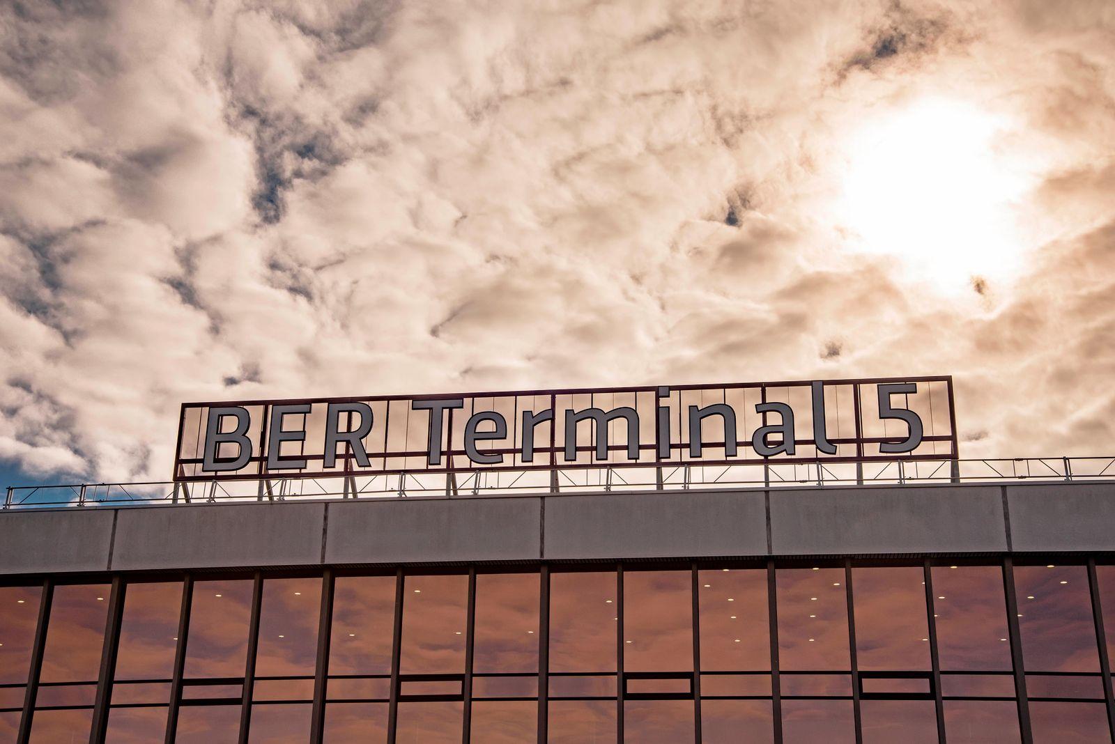 17 . 10 . 2020 , Schönefeld : BER Terminal 5 - so heisst der neue Schriftzug auf dem Abfertigungsgebäude des alten Flug