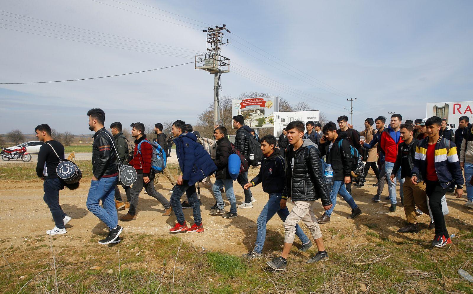 Migrants walk to the Turkey's Pazarkule border crossing with Greece's Kastanies, in Pazarkule