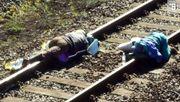 Aktivisten blockieren Bahnstrecke im Hambacher Forst