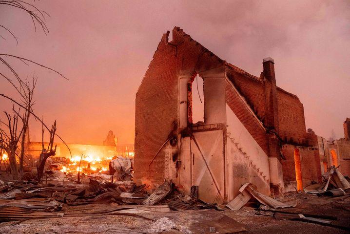Ausgebranntes Haus im Ortskern von Greenville