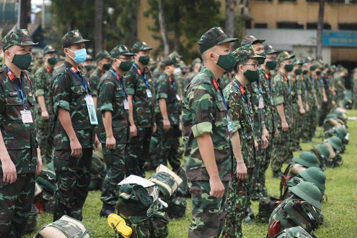 Soldaten der vietnamesischen Armee stehen in Aufstellung nebeneinander, während einer Zeremonie vor der Entsendung von Militärärzten nach Ho-Chi-Minh-Stadt
