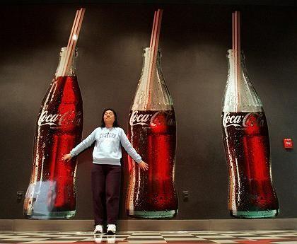 Frau vor Cola-Werbung: Vorwürfe gefährden das Markenimage