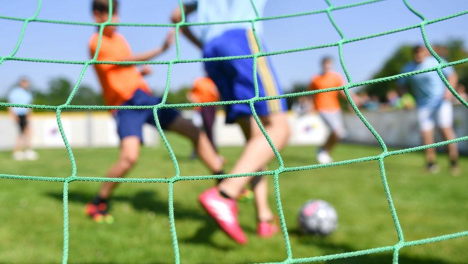 Jugendliche beim Fußball