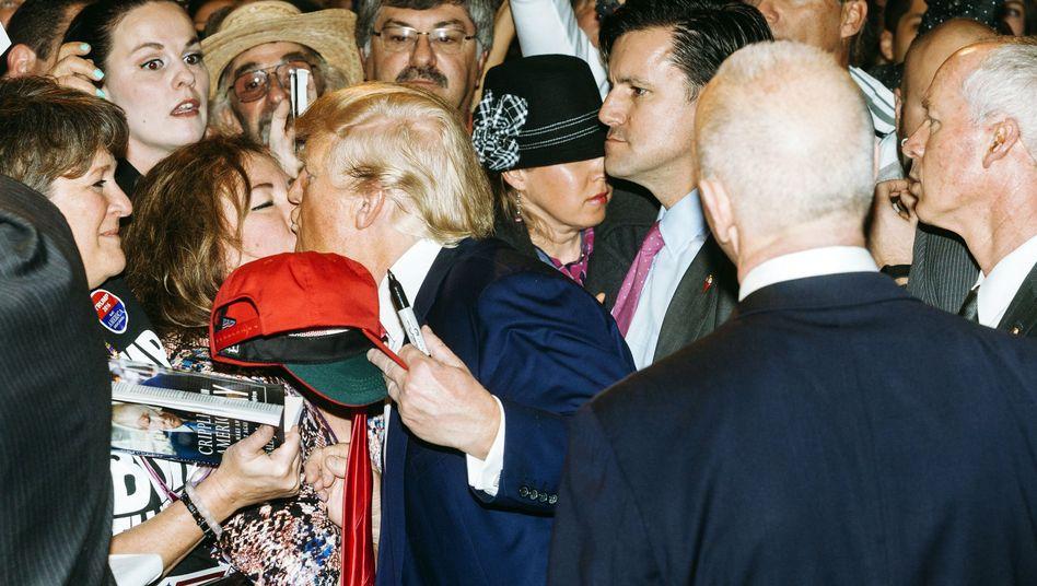 Trump mit einer Anhängerin im Wahlkampf