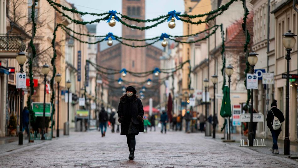 Passantin in der Potsdamer Fußgängerzone: Das öffentliche Leben wird weiter stark eingeschränkt