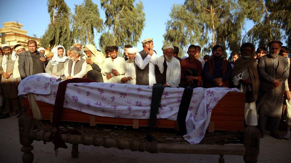 Beerdigung in Afghanistan: Im März wurden drei Frauen, die sich an einer Impfkampagne gegen Kinderlähmung beteiligt hatten, in Jalalabad von Unbekannten getötet