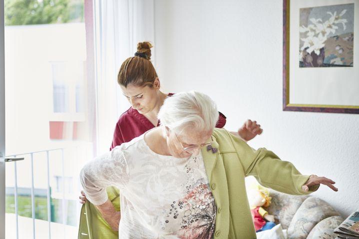 Enkeleta Cengu mit einer Bewohnerin des Pflegeheims