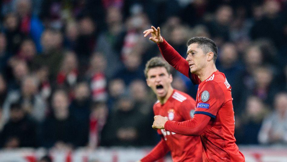 Zurück nach ihren Gelbsperren: Bayerns Offensivstars Thomas Müller und Robert Lewandowski (r.)