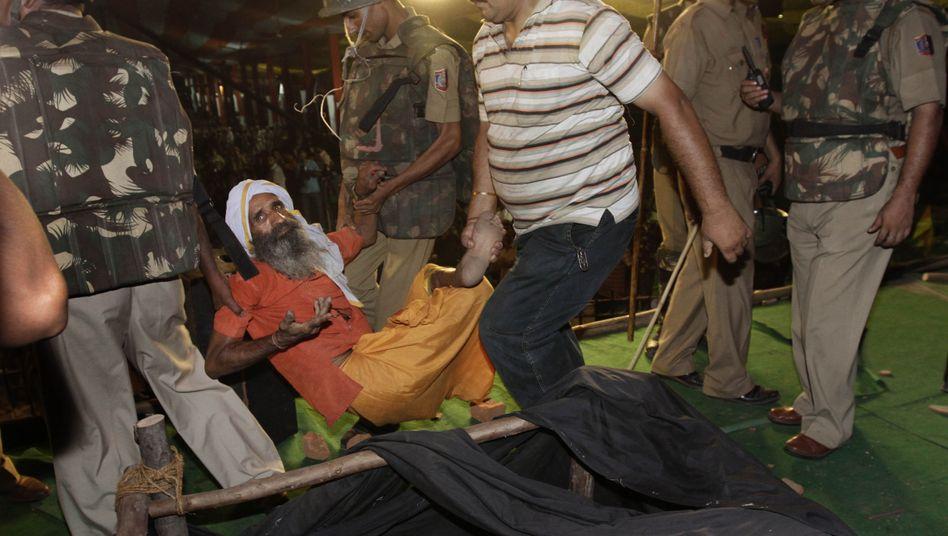 Aktion gegen Hungerstreik: Indische Polizei trägt Anhänger von Yoga-Guru weg