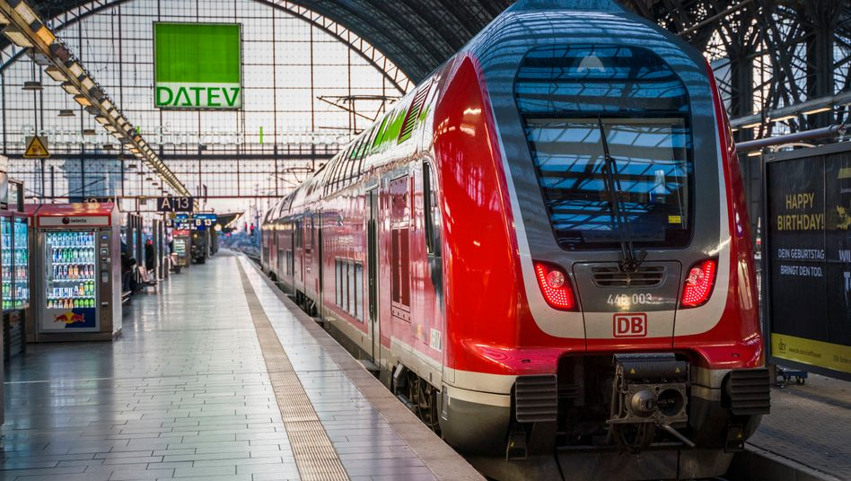 Regionalbahn am Hauptbahnhof von Frankfurt am Main: Leben in leeren Zügen