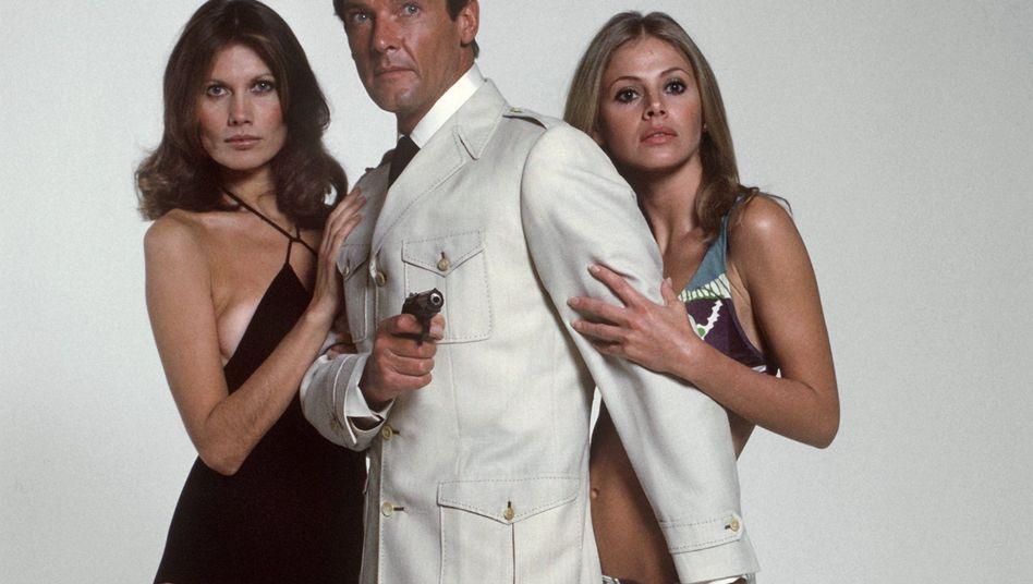 Die Antithese: Roger Moore als James Bond (mit Maud Adams, l., und Britt Ekland)