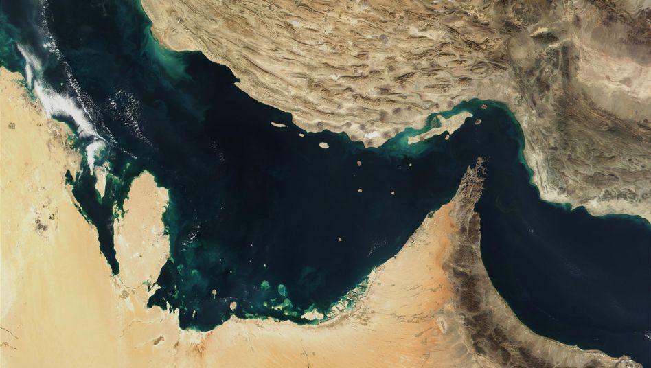 Straße von Hormus und Golf von Oman: Es würde wohl ausreichen, dass Iran droht, die Straße von Hormus durch Minenfelder zu sperren.