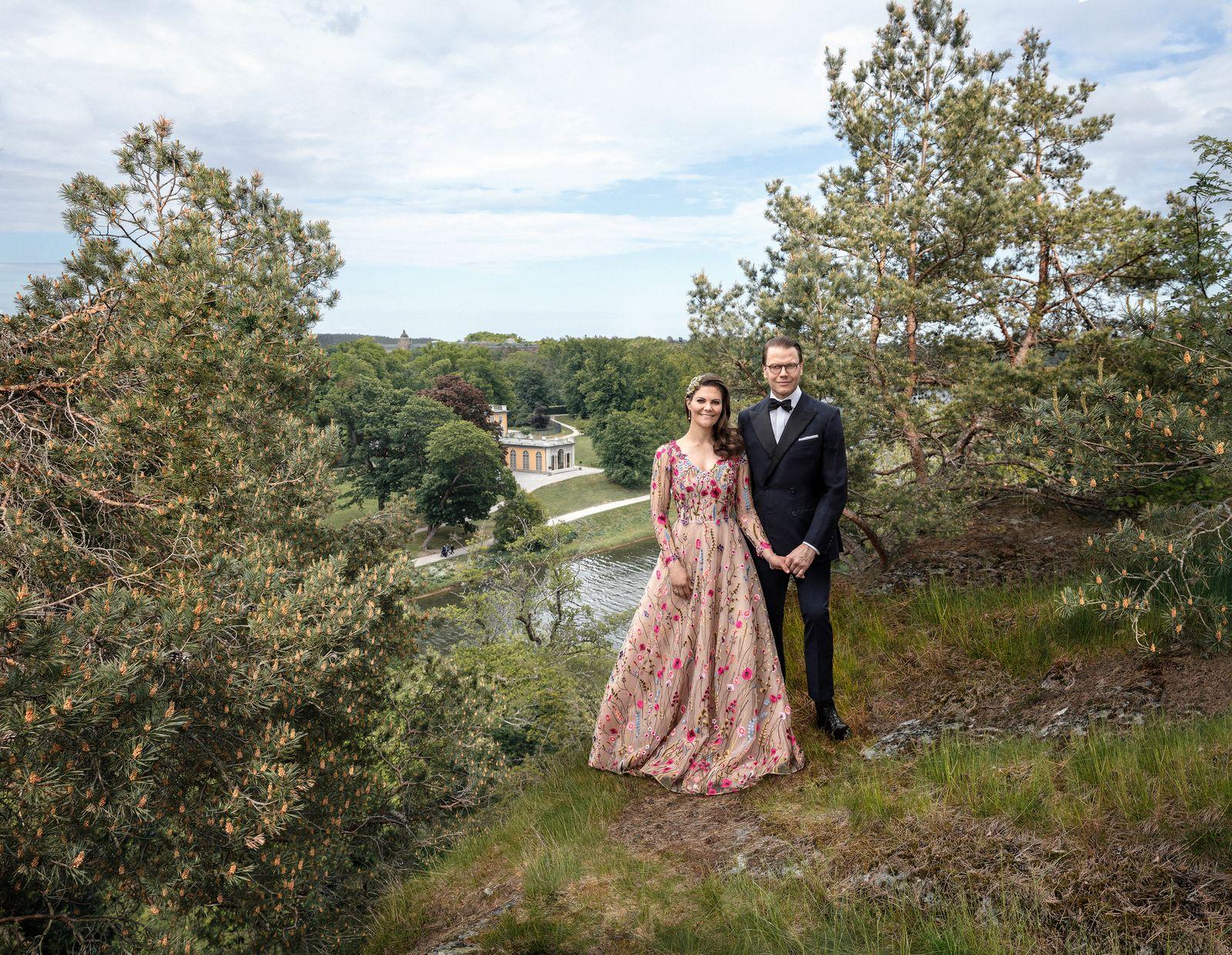 Inför Kronprinsessparets 10-åriga bröllopsdag har fotografen Elisabeth Toll fotograferat Kronprinsessan och Prins Daniel för nya officiella porträtt.