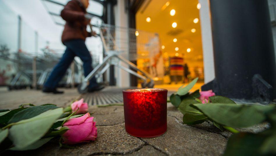 Blumen und Kerzen am Tatort