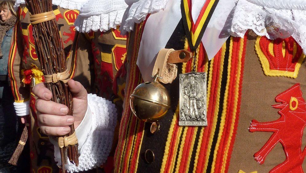 Karneval in Binche: Trippelschritte und Apfelsinenregen