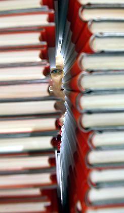 Buchstapel: Konkurrenz für Verlage