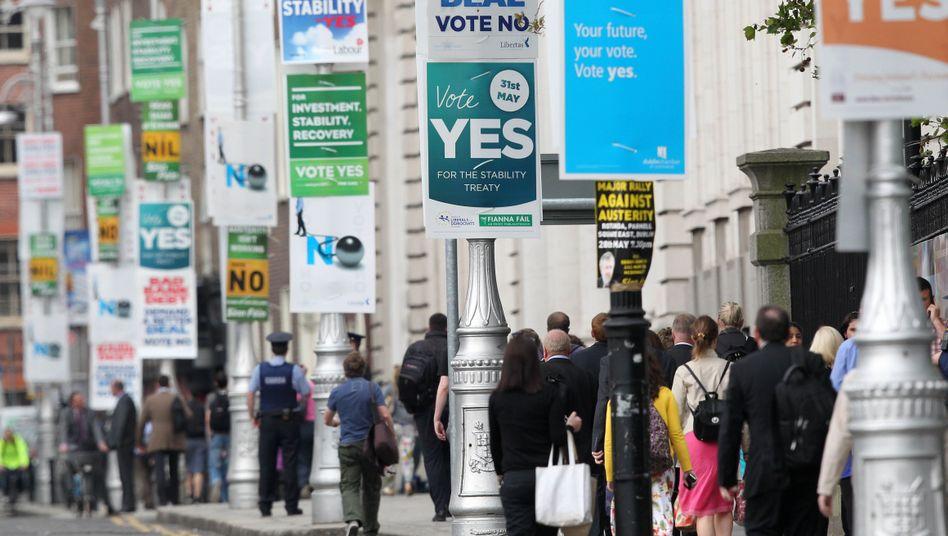 Plakate in Dublin: Fast 60 Prozent der Wähler sind für den Fiskalpakt