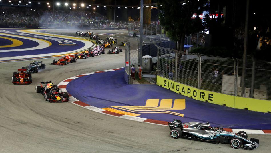 Lewis Hamilton (rechts) führt das Teilnehmerfeld an.