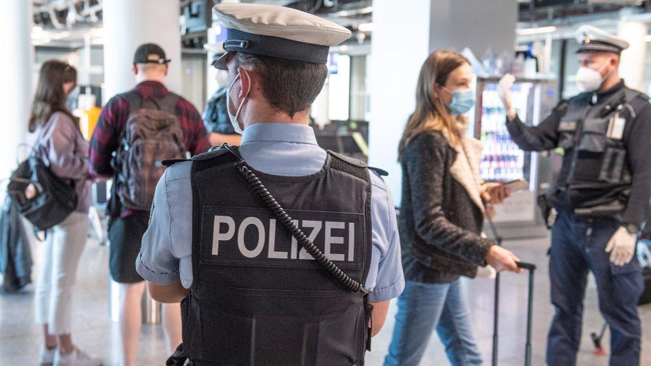 Bundespolizisten bei Coronakontrollen am Frankfurter Flughafen