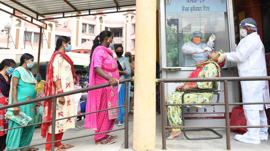 Frauen vor einem Krankenhaus in Amritsar, Indien (Archivbild)