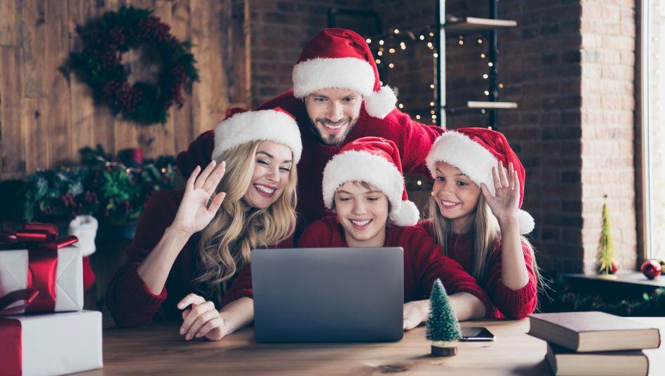 Familie vorm Laptop: Virtuelle statt reale Treffen lautet diesmal das Motto vieler Menschen