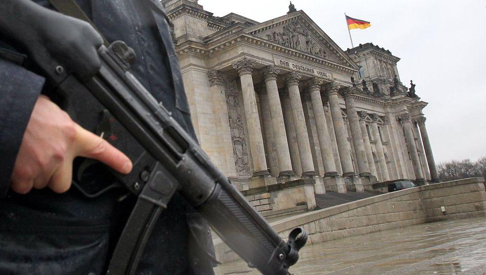 Ein Polizeibeamter vor dem Reichstag: Ende im Koalitionsstreit um Anti-Terror-Gesetze