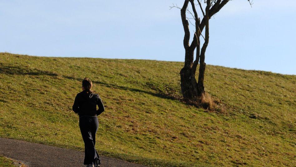 Joggerin im Park: Körperliche Aktivität als Ventil