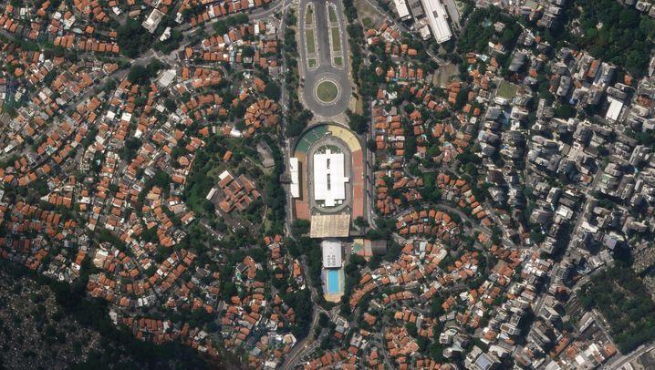 """Pacaembu-Stadion im brasilianischen São Paulo (22. März 2020/1. April 2020): Covid-19? """"Gripezinha"""", nur eine leichte Grippe also, meint zumindest Brasiliens Populisten-Präsident Jair Bolsonaro. Immerhin trägt er nun trotzdem einen Mundschutz, meistens jedenfalls, und im ganzen Land kämpfen Krankenhäuser und Behörden gegen die Ausbreitung der Seuche. In einigen Fußballstadien sind deshalb Feldlazarette entstanden, wie im Estádio do Pacaembu in der Millionenmetropole São Paulo. Hier hat einst Pelé gespielt und Tore für den FC Santos geschossen. Jetzt stehen am selben Ort weiße Zelte mit 202 Betten und einer Quarantänestation, in zehn Tagen hochgezogen. Bisher gibt es offiziell etwa 18.000 Infizierte und 957 Tote im Land (Stand 10. April). Doch die Sorge ist groß: In einer Prognose sagt das Londoner Imperial College bis zu 1,1 Millionen Covid-19-Tote in Brasilien voraus - wenn vonseiten der Regierung nicht deutlich mehr passiert."""