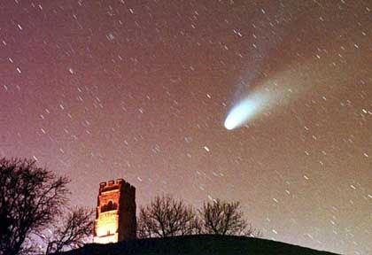 Komet Hale-Bopp: Manche Forscher sehen in den Schweifsternen die Boten interstellaren Lebens