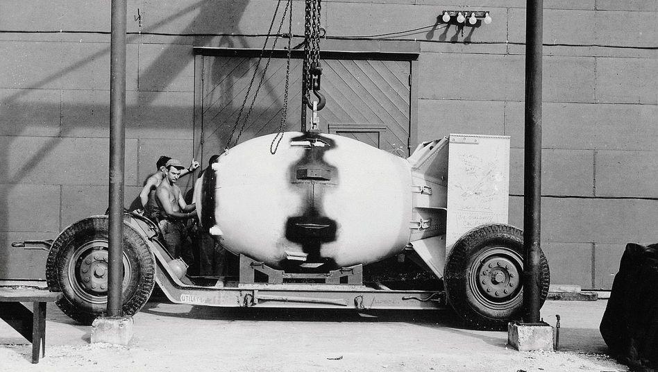 """Verladung der Atombombe """"Fat Man"""" in Los Alamos 1945:""""Schnelligkeit vor Sicherheit"""""""