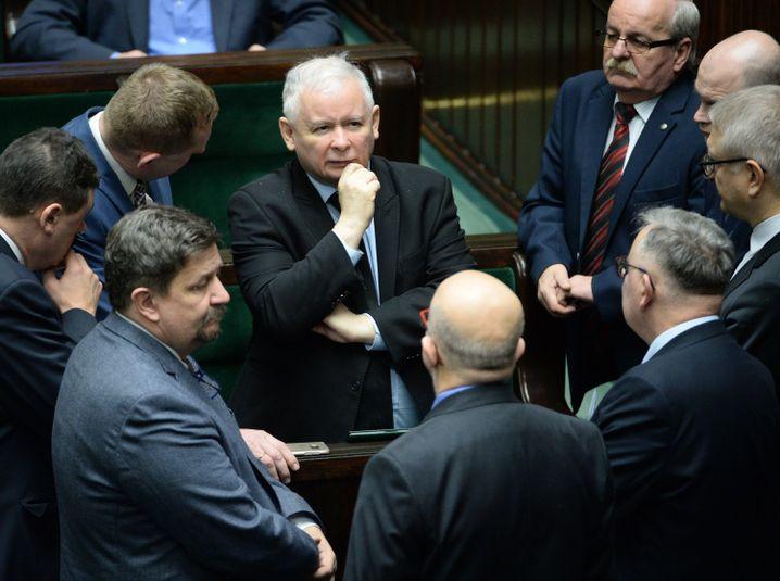 Jaroslaw Kaczynski mit Parlamentariern