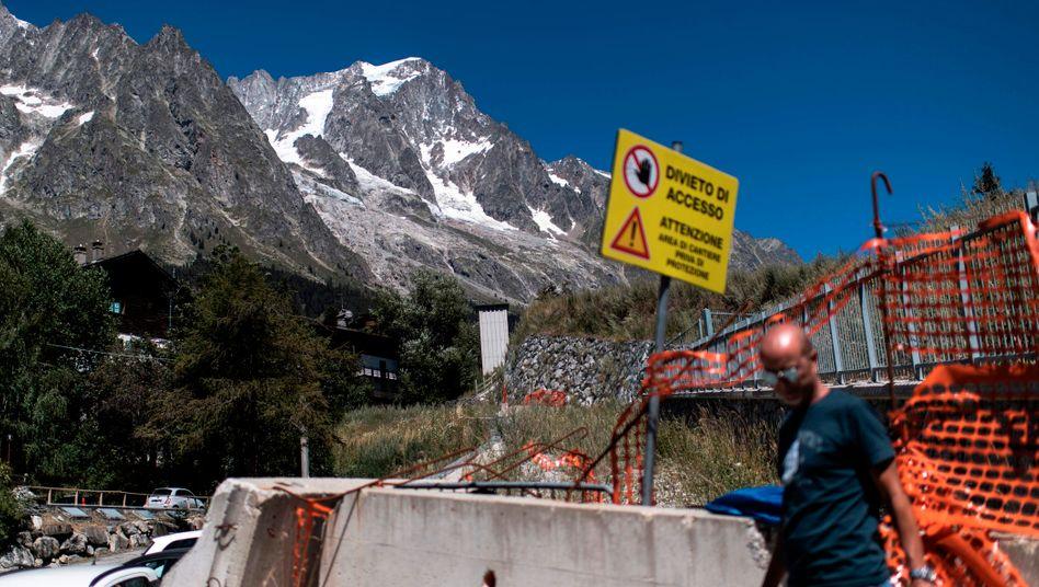 Schild an einer Straße vor dem Planpincieux-Gletscher: Zugang verboten