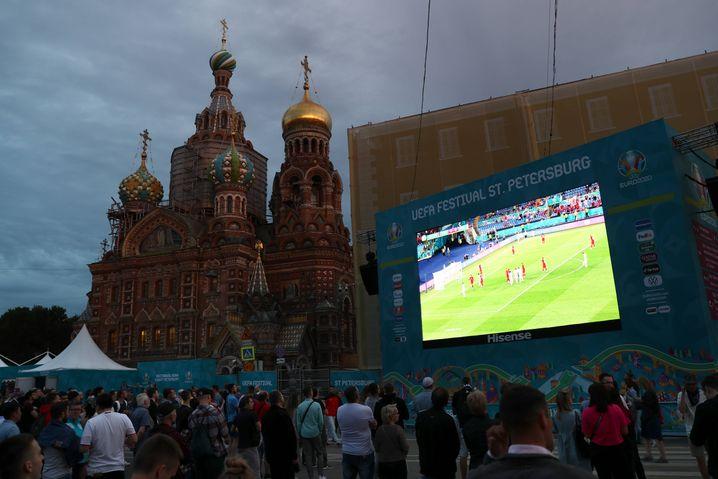 Public Viewing in Moskau: Fans schauen das Eröffnungsspiel der EM auf einer Leinwand im Livestream.