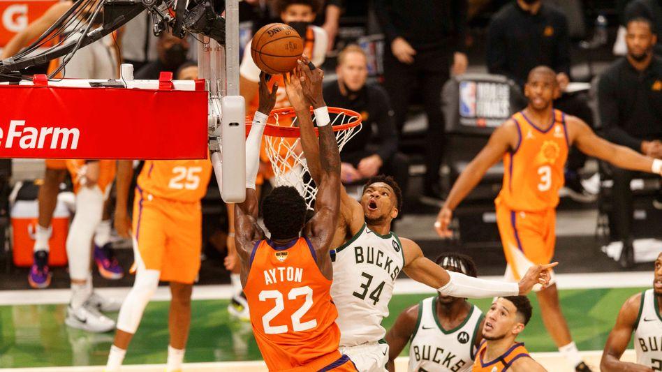 Giannis Antetokounmpo (Nummer 34) blockt Suns-Center Deandre Ayton
