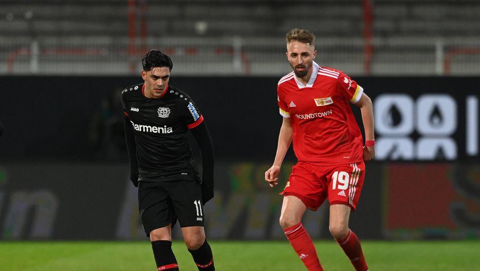 Florian Hübner (rechts) im Zweikampf mit Leverkusens Nadiem Amiri