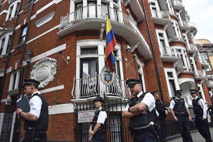 Polizisten vor der Botschaft Ecuadors in London