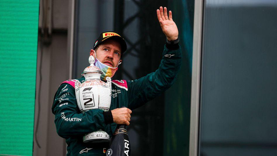 Den Pokal für den zweiten Platz beim GP von Ungarn muss Sebastian Vettel wohl wieder abgeben