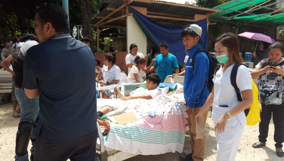 Rettungskräfte versorgen Patienten im Freien: Ein Erdbeben der Stärke 6,6 hat die philippinische Insel Midanao erschüttert