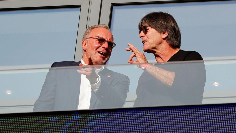 Karl-Heinz Rummenigge (links) im Gespräch mit Bundestrainer Joachim Löw