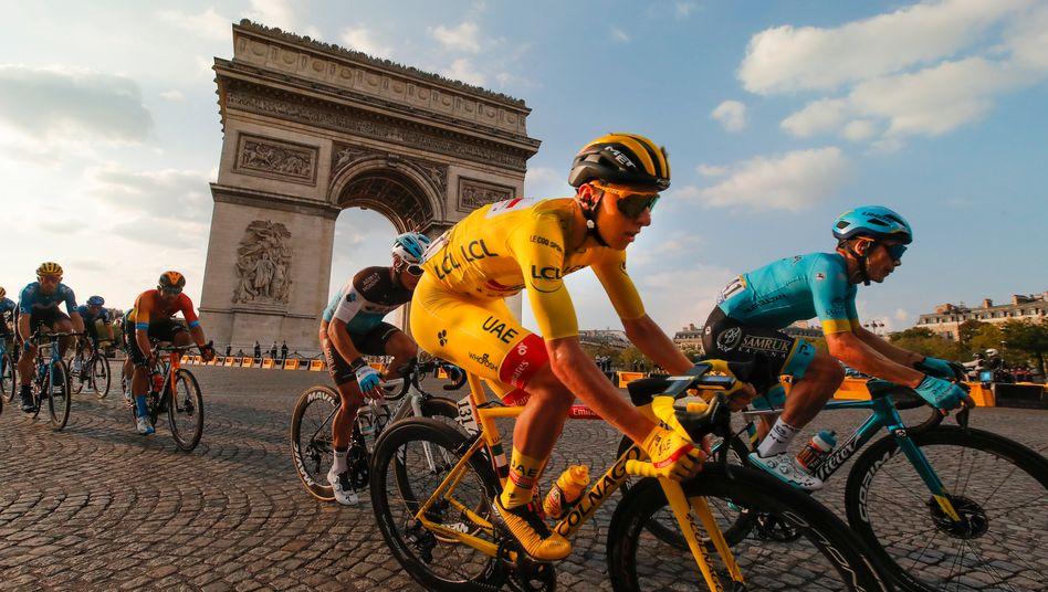 Tadej Pogacar trug das Gelbe Trikot nach Paris
