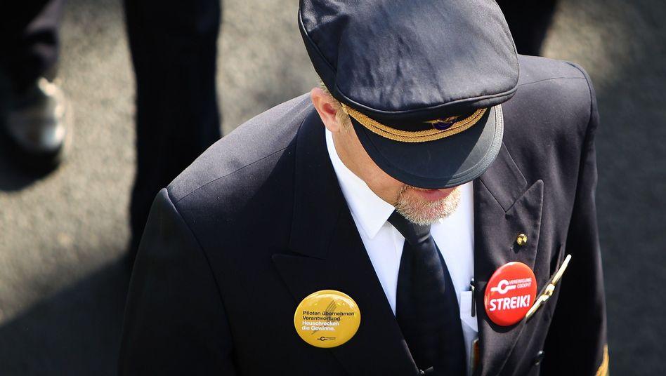 Streikender Lufthansa-Pilot (im April): Kein Verständnis