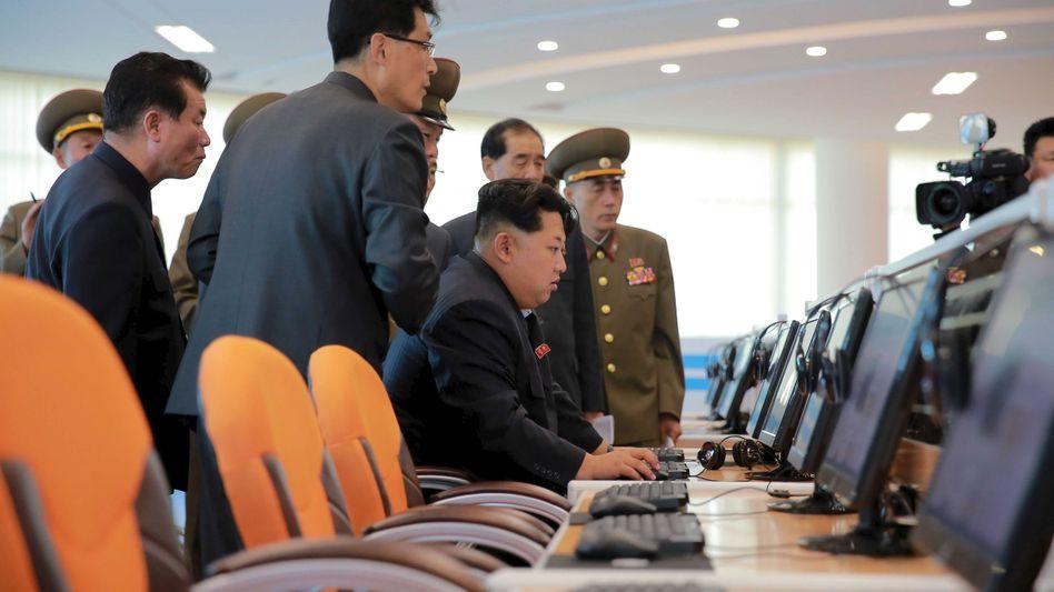 Diktator Kim Jong Un bei Besuch eines Technologiezentrums in Pjöngjang 2015