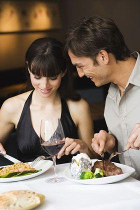 Paar im Restaurant: Er kann seinen Hunger besser unterdrücken als sie