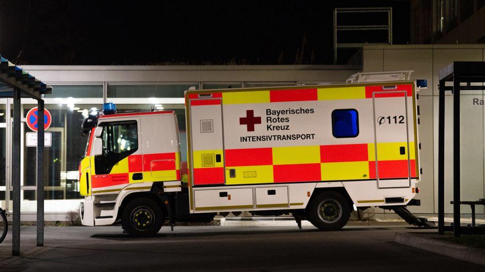 Intensivtransport: Einsatzfahrzeug des Bayerischen Roten Kreuzes auf dem Gelände des Klinikums Nürnberg Nord