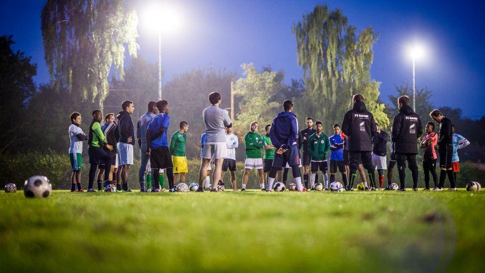 Junge Flüchtlinge beim Fußballtraining