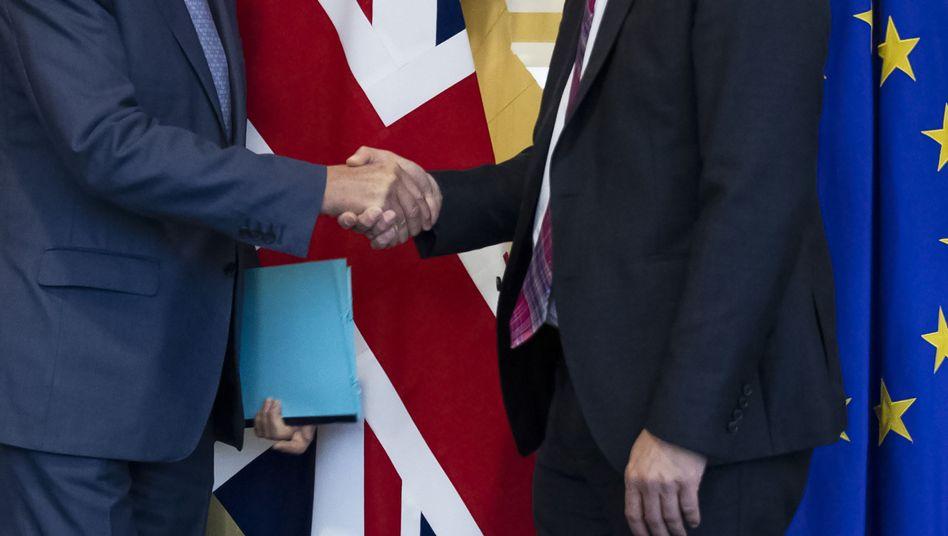 Handschlag zwischen EU-Chefunterhändler Barnier und dem britischen Brexit-Minister Stephen Barclay